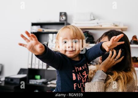 Portrait d'une fille avec la mère à 24 talking on cell phone