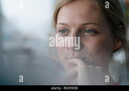 Portrait of smiling young woman looking sideways Banque D'Images