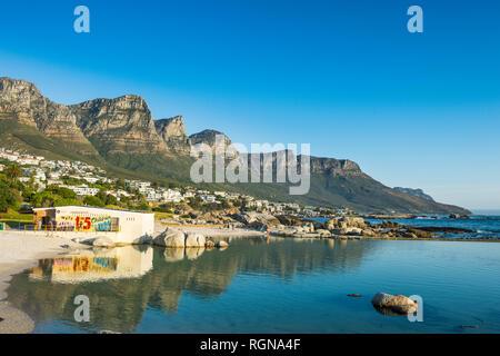 L'Afrique du Sud, Camps Bay avec la montagne de la table en arrière-plan, banlieue de la ville du Cap Banque D'Images
