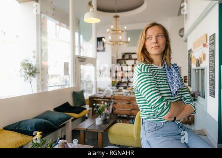 Jeune femme dans un café à côté