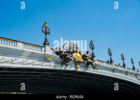 Matin sur le magnifique pont Alexandre III à Paris, France Banque D'Images