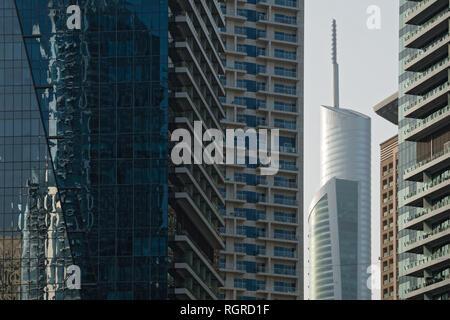 Dubaï, Émirats arabes unis - Février 14, 2018: Vue de la tour Almas gratte-ciel dans la lumière du matin dans le port de plaisance de DUBAÏ, ÉMIRATS ARABES UNIS