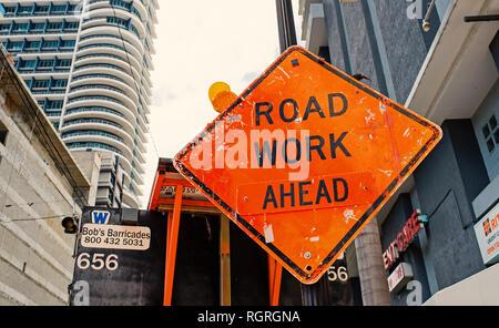 Miami, USA - 30 octobre 2015: construction signe sur city road. Travaux routiers avant d'avertissement et de sécurité. Le trafic des Transports et déplacements. Prudence et de mettre en garde concept. Banque D'Images