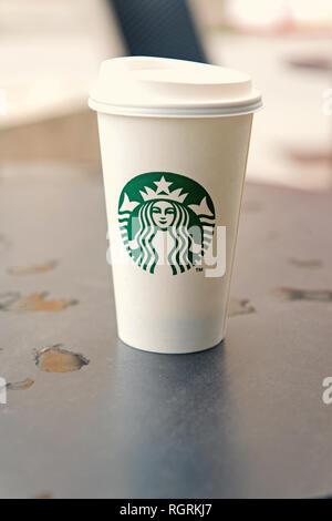 Hambourg, Germany-May 31,2017: un grand café Starbucks Starbucks coffee shop. Starbucks est la plus grande maison du café avec plus de 20 000 magasins dans 61 pays. Banque D'Images