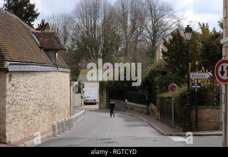 AJAXNETPHOTO. LOUVECIENNES, FRANCE. - Les chemins DU VILLAGE - Saisie de Louveciennes, ENDROITS DE PEINTURES PAR 19E SIÈCLE artistes impressionnistes comme Alfred Sisley et Camille PISSARRO QUAND LES Banlieues d'aujourd'hui PAYS ÉTAIENT LES VILLAGES. PHOTO:JONATHAN EASTLAND REF:R60904 284