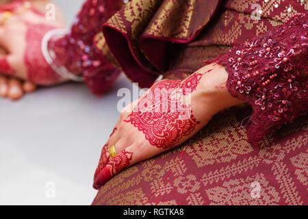 Dessins au henné traditionnel sur les mains d'une jeune femme mariée à George Town, Penang, Malaisie Banque D'Images