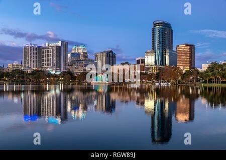 Sur les toits de la ville et du lac Eola, Orlando, Floride, USA. Banque D'Images