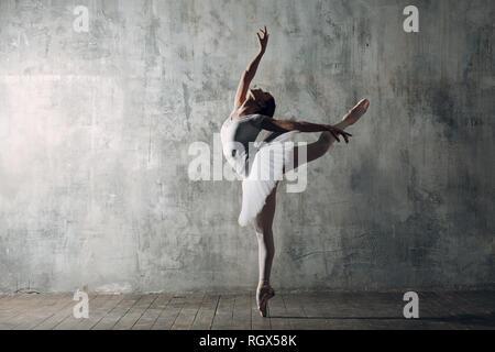 Ballerines femme. Jeune femme belle danseuse de ballet, habillés en tenue professionnelle, pointes et tutu blanc. Banque D'Images