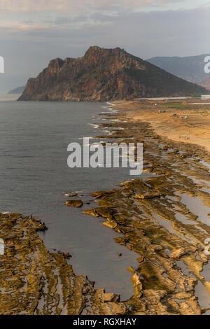 Seascape de Koru beach dans la ville méditerranéenne Gazipasha en Turquie. Composition verticale. Banque D'Images