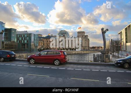 Berlin, Allemagne - le 2 janvier 2019: vue sur la ville à Berlin-Mitte. Pont sur la rivière Spree, dans l'arrière-plan le bâtiment du parlement allemand. L'Europe. Banque D'Images