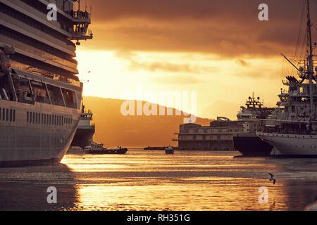 Ferry à Port au coucher du soleil
