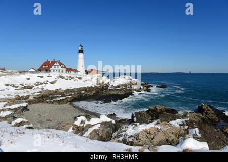 Portland Head Lighthouse et maison des gardiens en hiver, Cape Elizabeth, Maine, USA. Banque D'Images