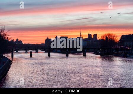 Lever de soleil sur l'ile de la Cite en hiver - Paris Banque D'Images