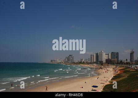 Les immeubles de grande hauteur et de belles plages de Tel Aviv en Israël Banque D'Images