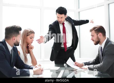 Patron strict bouleversé disant employée pour quitter la salle de réunion Banque D'Images