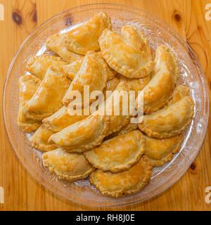 Délicieux boeuf haché à la sortie du four dans un plat en verre sur une surface en bois, cuisine latino-américaine traditionnelle Banque D'Images