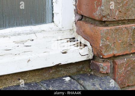 Libre d'un vieux châssis de fenêtre en bois pourri Banque D'Images