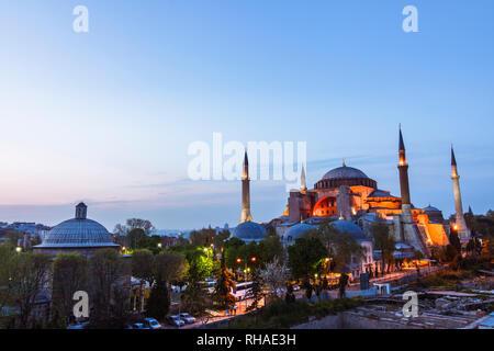Istanbul, Turquie: High angle view of Sainte-sophie illuminée au crépuscule. Sainte-sophie est l'ancienne cathédrale grecque orthodoxe, et plus tard pouf imperi Banque D'Images