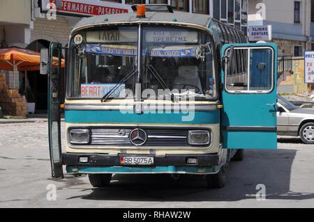 En bus de la vieille ville de Berat en Albanie (Shqiperia), l'Europe. UNESCO World Heritage Banque D'Images