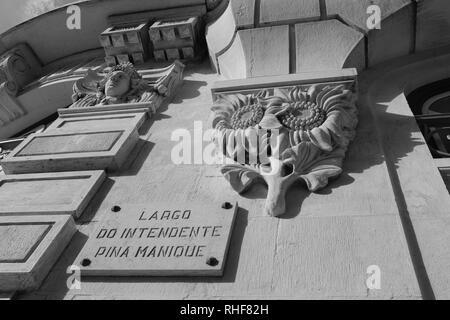 Décoration fleur traditionnelle Corniche taillée dans du marbre avec sculpture d'un visage au-dessus Banque D'Images