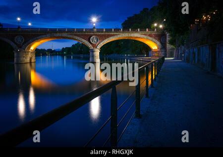 Turin (Torino) Ponte Isabella et pô à l'heure bleue avec Mole Antonelliana en arrière-plan1