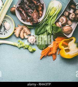 Divers ingrédients asiatiques traditionnels savoureux de la cuisine végétarienne: champignons , légumes et épices, vue du dessus, une télévision. La cuisine thaïlandaise ou chinoise. V Banque D'Images