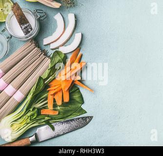 Arrière-plan de l'alimentation asiatique. Cuisine traditionnelle ingrédients pour les sautés: nouilles, légumes et épices, vue du dessus, une télévision. La cuisine thaïlandaise ou chinoise. Veg Banque D'Images