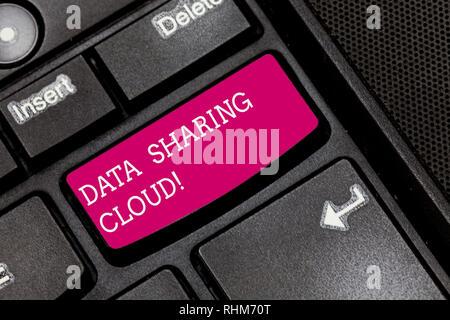 Écrit remarque montrant le partage des données Cloud. Photo d'affaires mettant en utilisant les technologies de l'internet pour partager des fichiers entre les utilisateurs du clavier l'intention de Banque D'Images