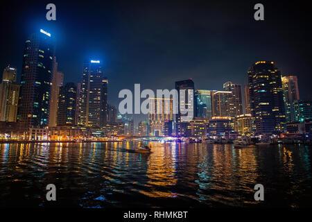 Dubaï, Émirats Arabes Unis - le 26 décembre 2017: Marina de Dubaï skyline at night. Les bâtiments avec la réflexion des lumières dans l'eau. L'architecture ou la structure et le design. Mayotte Vacances. Banque D'Images