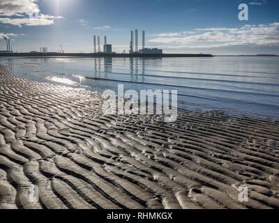 Esbjerg port pétrolier offshore en silhouette sur une journée ensoleillée, au Danemark Banque D'Images