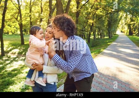 Happy Family standing jouant dans le parc.