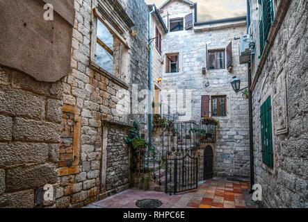 Une petite cour avec des portes menant aux étapes d'un secteur résidentiel de la vieille ville médiévale de Budva Monténégro Banque D'Images
