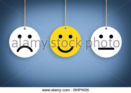 Malheureux et heureux sur fond bleu Banque D'Images