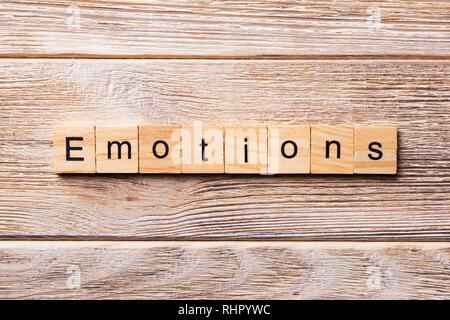 Émotions mot écrit sur une cale en bois. Texte sur les émotions de votre table en bois, design concept. Banque D'Images