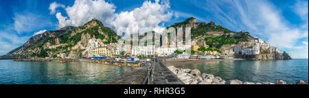 Beau panorama d'Amalfi, la ville principale de la côte sur laquelle il se trouve pris à partir de la mer. Salerno, dans la région de Campanie, Italie Banque D'Images