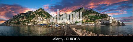 Beau panorama d'Amalfi, la ville principale de la côte sur laquelle il se trouve pris à partir de la mer. Salerno, dans la région de Campanie, Italie Le coucher du soleil Banque D'Images