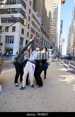 NEW-YORK - CIRCA MARS 2016: les personnes prenant un à New-York selfies. Un est selfies un auto-portrait photographique, généralement prises avec un appareil photo numérique ou d'un s Banque D'Images
