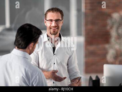 Deux employés de discuter des intérêts communs Banque D'Images