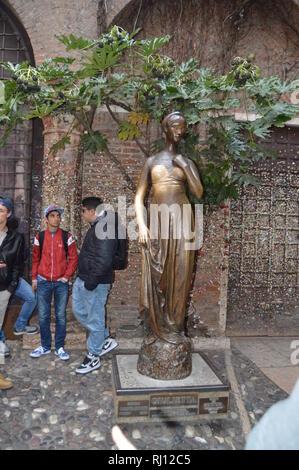 Belle Statue en bronze de Juliette à Vérone. Voyages, vacances, de l'architecture. Le 30 mars 2015. Vérone, Vénétie, Italie. Banque D'Images