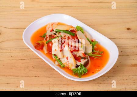 Salade de porc et de chili delicious thai food sur fond de bois. Banque D'Images