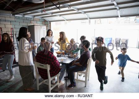 Quartier Latinx block party in garage Banque D'Images