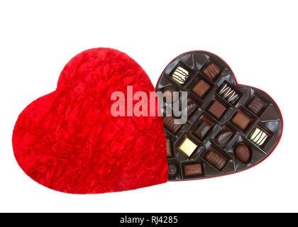 Boîte en forme de coeur avec confiserie Chocolat isolé sur fond blanc. Un cadeau populaire pour la Saint Valentin. Banque D'Images