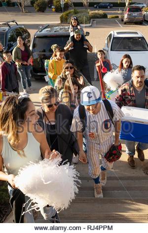 Joueur de baseball et de la famille arrivant sur jeu Banque D'Images