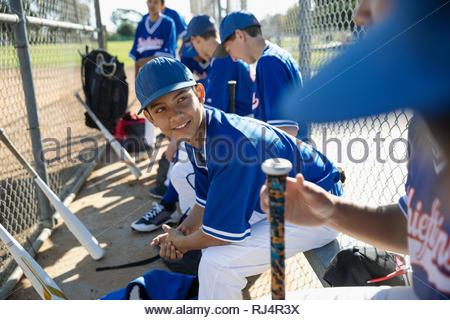 Joueurs de baseball Latinx parler sur le banc Banque D'Images