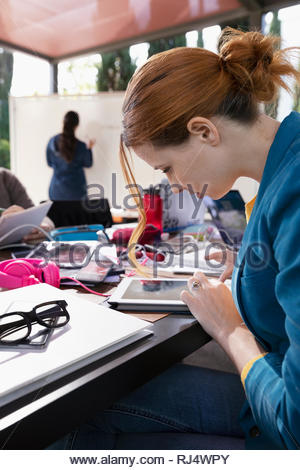L'accent businesswoman using digital tablet in meeting Banque D'Images