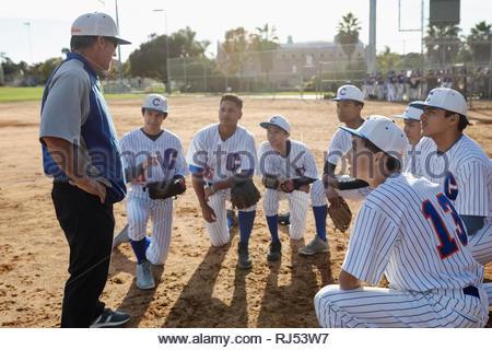 L'équipe de baseball coach et l'entassement sur terrain Banque D'Images