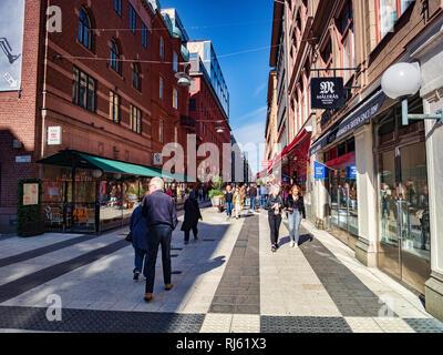 16 Septembre 2018: Stockholm, Suède - Shoppers dans Drottninggatan sur un week-end d'automne ensoleillée. Banque D'Images
