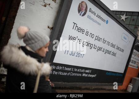 """Glasgow, Ecosse, le 5 février 2019. Billboard par le groupe anti-Brexit 'led' par des ânes, montrant une citation de MP Conservateur Boris Johnson dans lequel il parle de la grande Grande Bretagne aurait sur la sortie de l'UE, dans l'East End de Glasgow, Ecosse, le 5 février 2019. La campagne d'affichage de la guérilla est l'initiative de six amis qui crowdfunded d'argent pour être en mesure de publier ce qu'ils croient sont les """"pays le plus grand se trouve'. Image Crédit: Jeremy Sutton-Hibbert/Alamy Live News. Banque D'Images"""