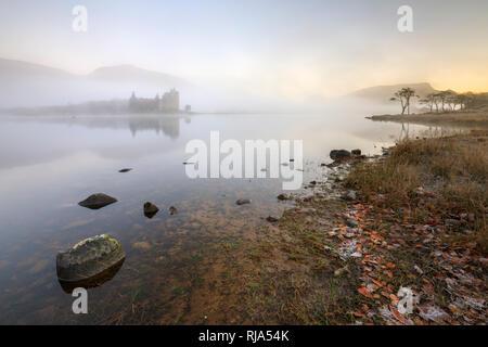 Le Château de Kilchurn sur Loch Awe capturé sur un matin brumeux.