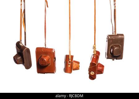 Caméras analogiques de style rétro en cuir, isolé sur fond blanc avec chemin de détourage. Collection des antiquités, des éléments de conception Banque D'Images